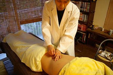 石川県 白山市 能美市 小松市 加賀市の鍼灸 和田鍼灸治療院 自律神経失調症 不妊症 慢性疾患などに注力しています。この写真は腰に鍼灸治療しているところです。