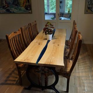 Matbord i ask och blå blod.