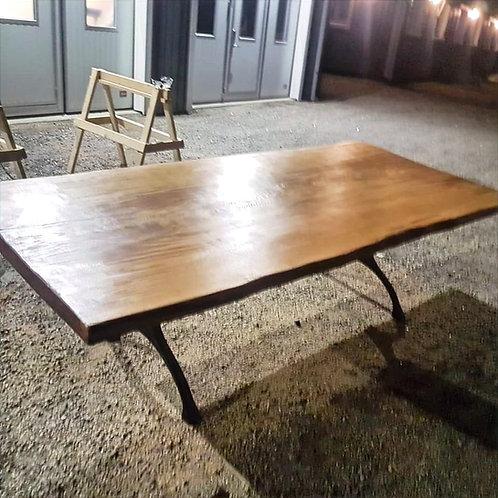 Rustikt matsalsbord av 1/2 plank.