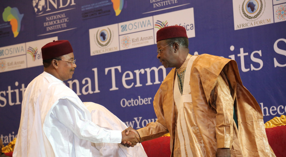 President Issoufou and former President Ousmane shake hands at the Niamey Summit