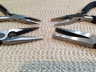 Pliers to open and close jump rings
