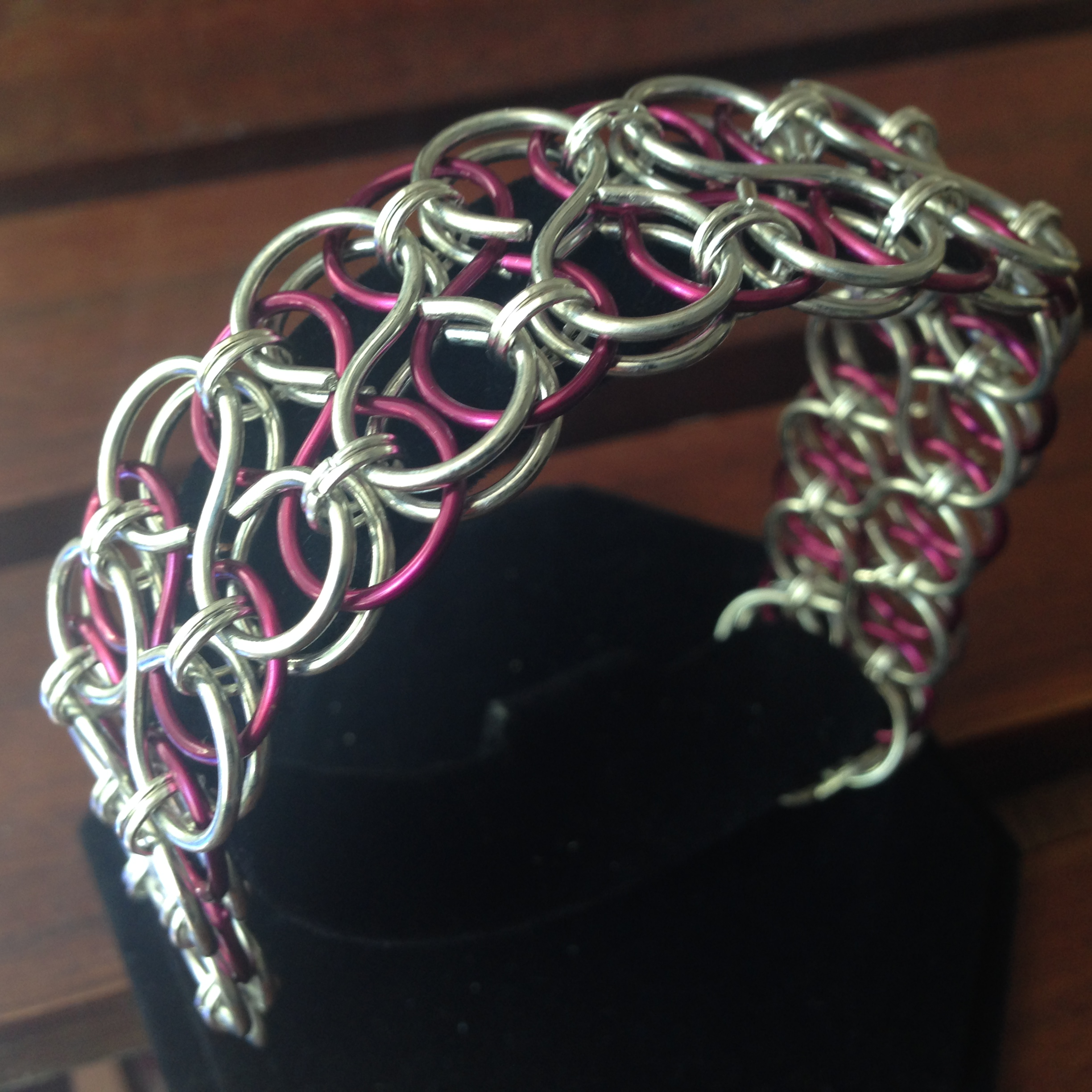 Wire bracelet figure-8 links