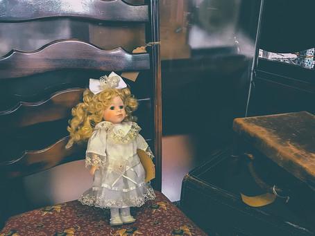 巻毛に白いドレスのビスクドール