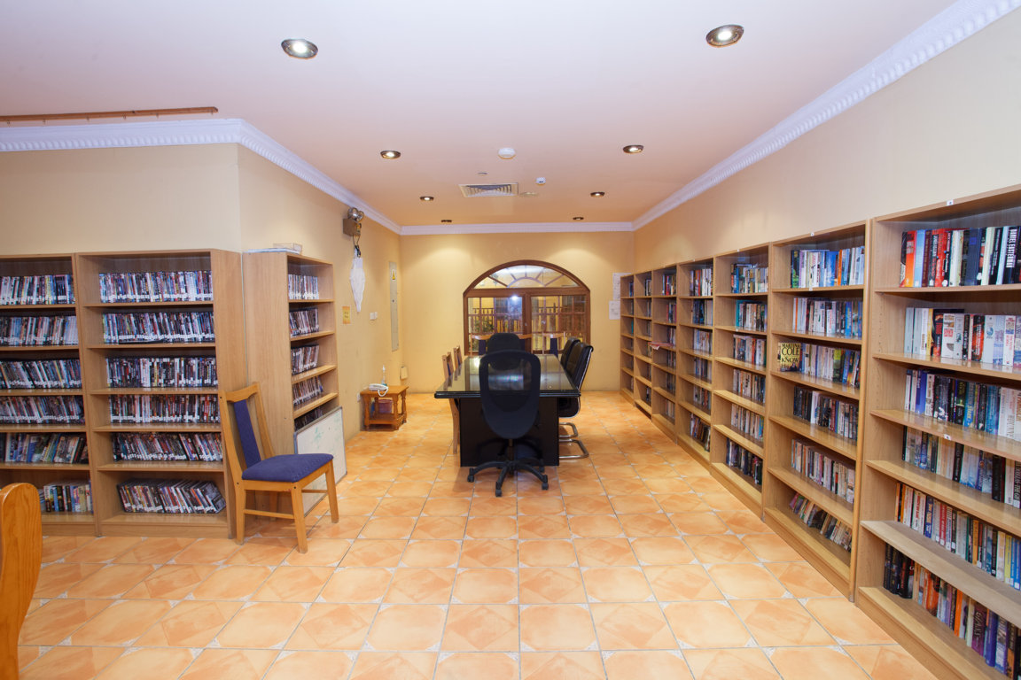 Photo of the library at Las Dunas