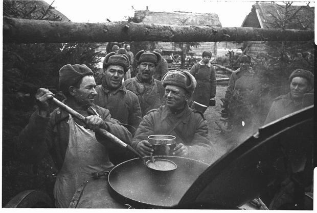Soviet unsing German Field Kitchen armia