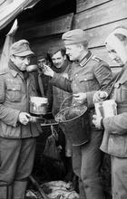 Serving--Bundesarchiv_Bild_101I-004-3637