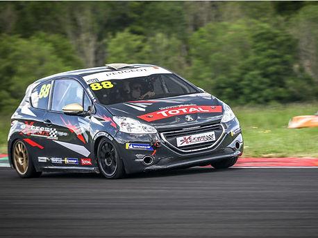 Location Peugeot 208 Racing Cup sur circuit - Extrem Cars, Location de voiture de piste. Extrem Cars Location de voiture de sport et de prestige pour  le circuit, l'organisations d'évènements professionnels et les écoles de pilotage.