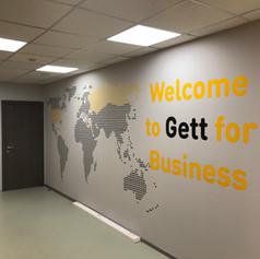 трафаретное оформление в офисе Gett