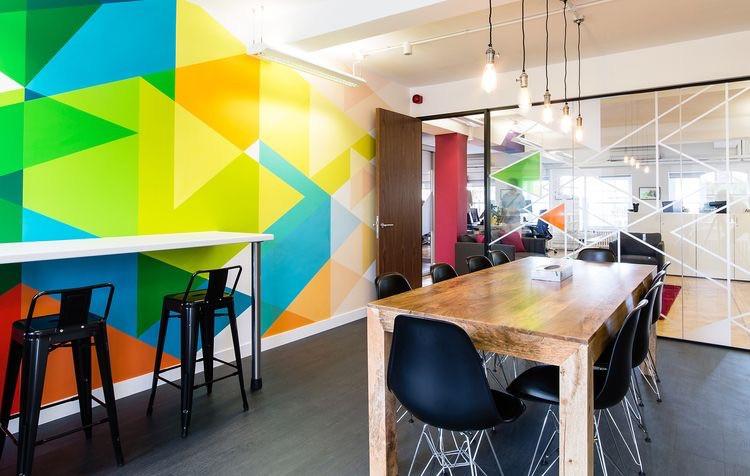 геометрия на стенах офиса