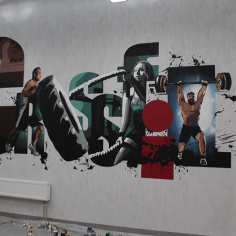 Роспись на стене фитнес клуба.
