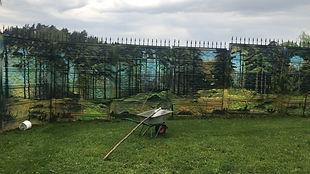 Роспись забора на даче. природа граффити на заборе
