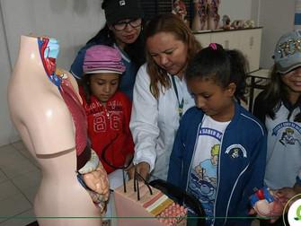 Alunos da Escola Saber da Infância visitam laboratórios do campus II do Iespes