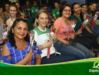Mulheres da Fundação Esperança são homenageadas com música e flores