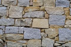 Plusieurs couleurs de granit dans un mur