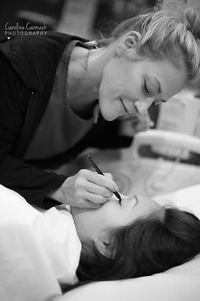 Dallas doula helping pregnant mom with make up