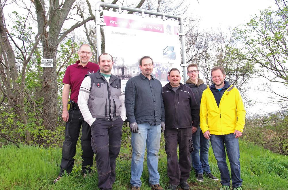 vlnr: Werner Plank, Georg Sulzer, Manfred Siebert, Obmann Andreas Wieninger, Marco Bleyer und Niklas Rausch haben die neuen Informationstafeln montiert.