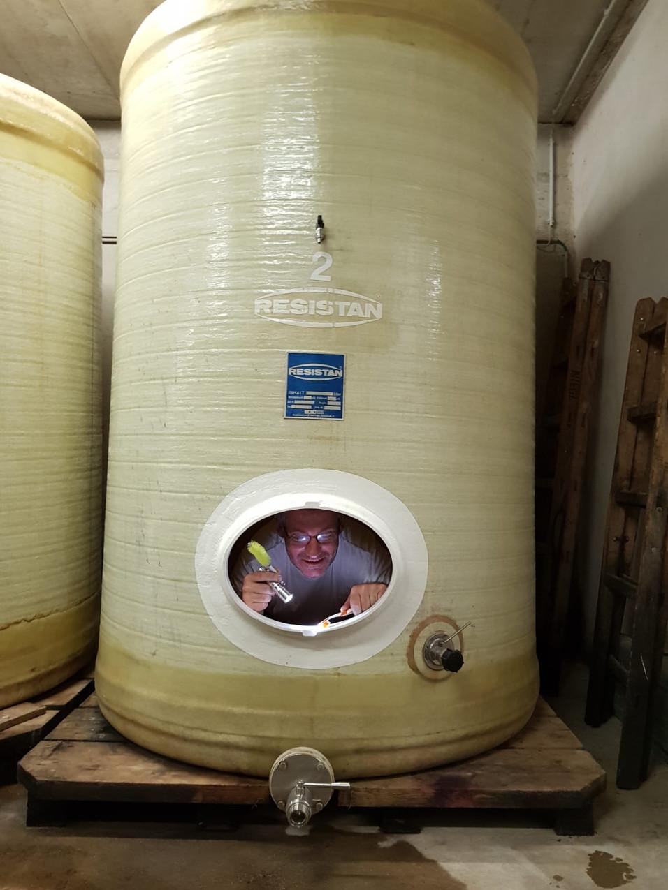 Martin Niegl beim Weinfass Reinigen.