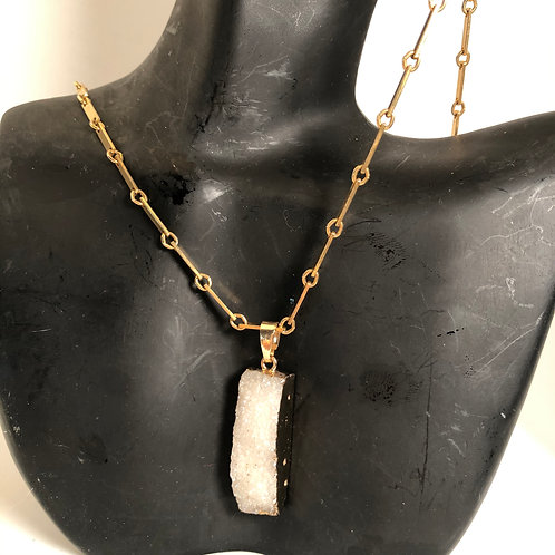Linked chain with quartz