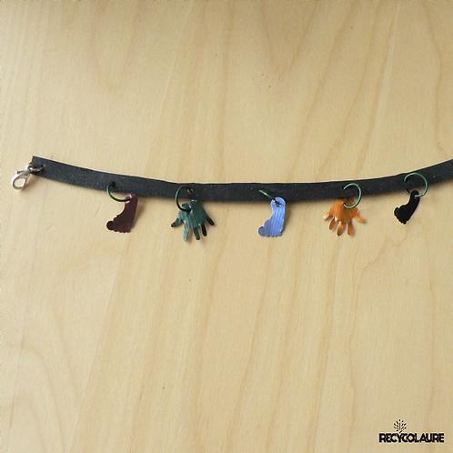 Bracelet avec charms mains et pieds colorés, réalisé à partir de capsules de café et de chmabre à air