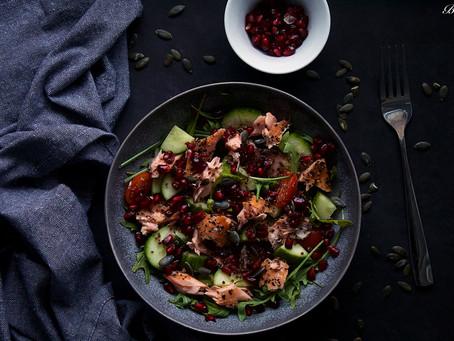 Zimní salát s lososem a granátovým jablkem