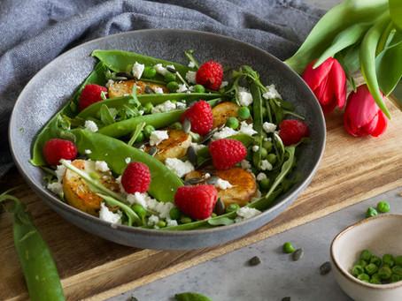 Svěží jarní salát s lusky a kozím sýrem