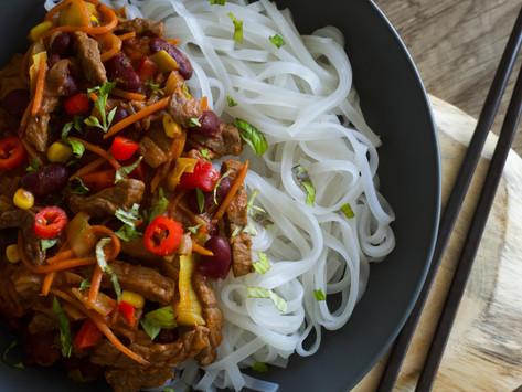 Hovězí nudličky s rýžovými nudlemi