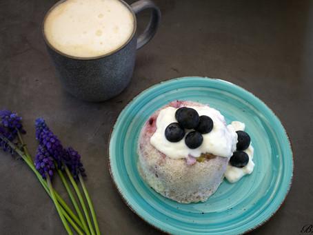 Kokosový mugcake s borůvkami