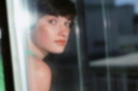 Portrait à travers le verre