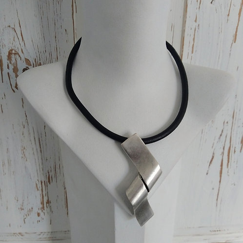 Hatti Metal Curl Over Short Necklace