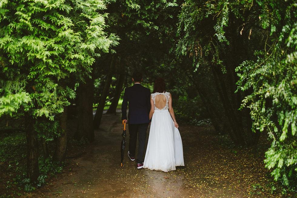Jeune marier dans une forêt