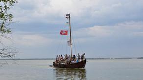 Човен «Вітаутас Великий» біля Вежі