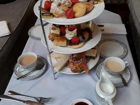 Em Londres,o chá das cinco que é às quatro