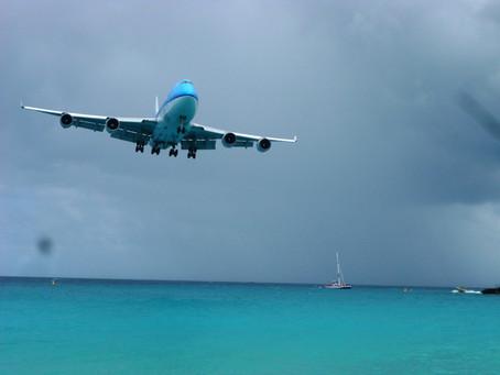 Nudismo, mar azul e avião