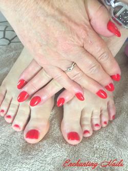 Rode gelnagels vingers en tenen