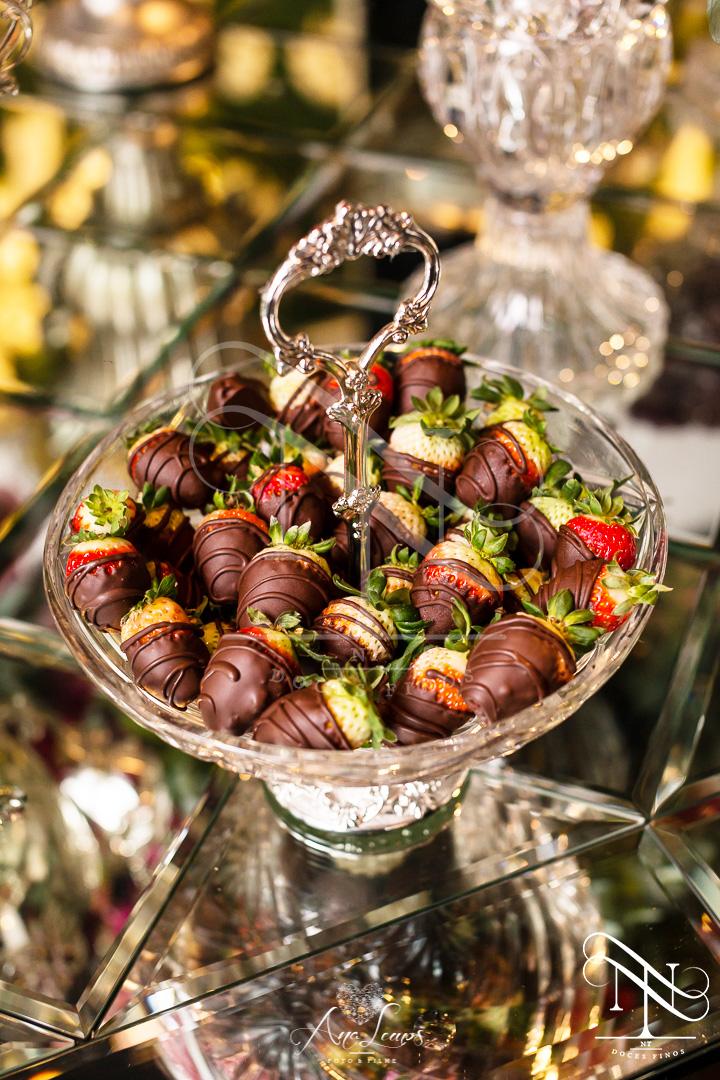 Morango com chocolate ( disponível de abril a outubro)