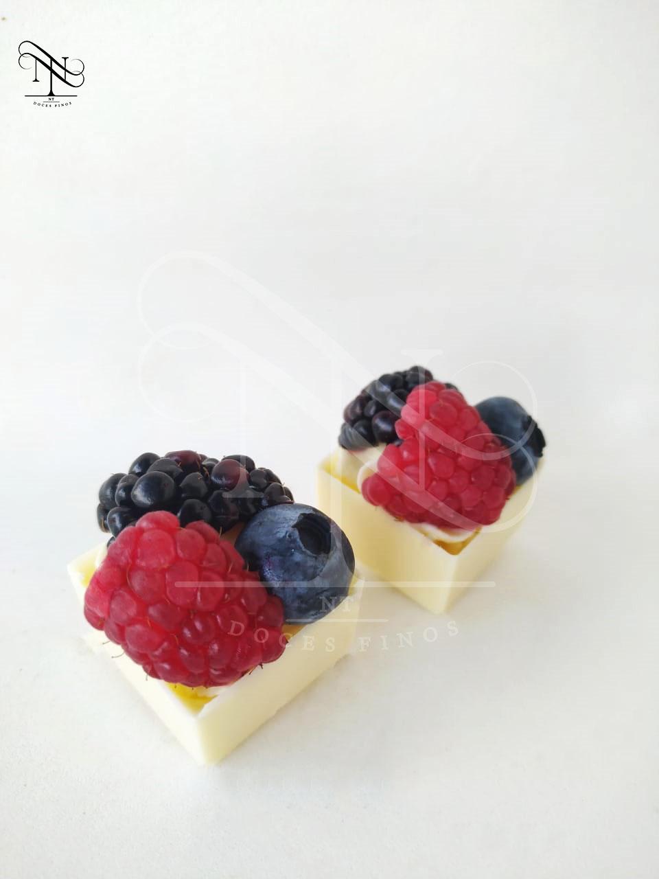 Cestinha com frutas vermelhas