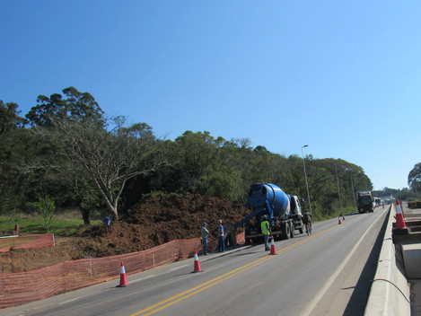 DNIT/RS realiza mais uma etapa de concretagem dos pilares da passarela do bairro Floresta nesta quin