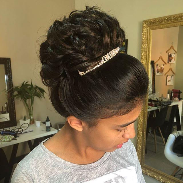 Olha esse coque que lacre!!! #penteado #atendimentoexclusivo #coque #cabelopreso #casamento #diadano