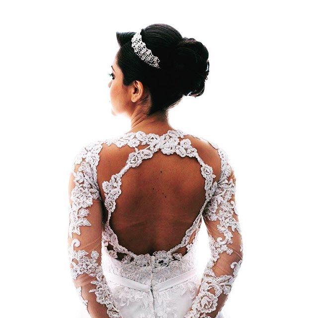 Como não amar os coques!! Ideal para a Noiva que deseja mostrar detalhes do vestido nas costas além