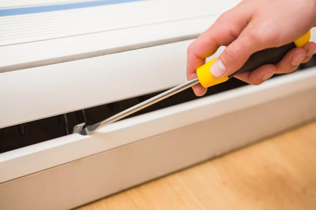 manitas-arreglando-un-aire-acondicionado