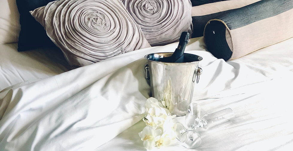 Oake%20bed%20with%20prosecco_edited.jpg