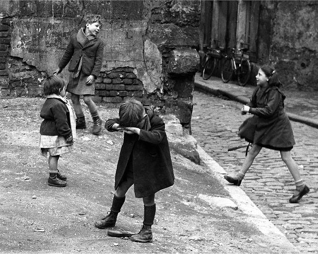 Aubervilliers,_1952©Sabine_Weiss.jpg