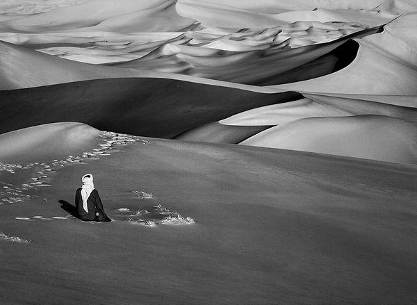 Moment de prière dans les grandes dunes de sable à Maor, Tadrart. Sud de Djanet. Algérie. 2009. © Sebastião Salgado
