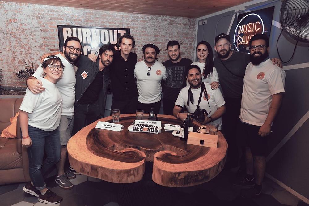"""Harry, Jack y Charles visitaron la tienda para convivir con sus fans de Querétaro y firmar posters, merch oficial y el nuevo vinilo """"FIVE"""""""
