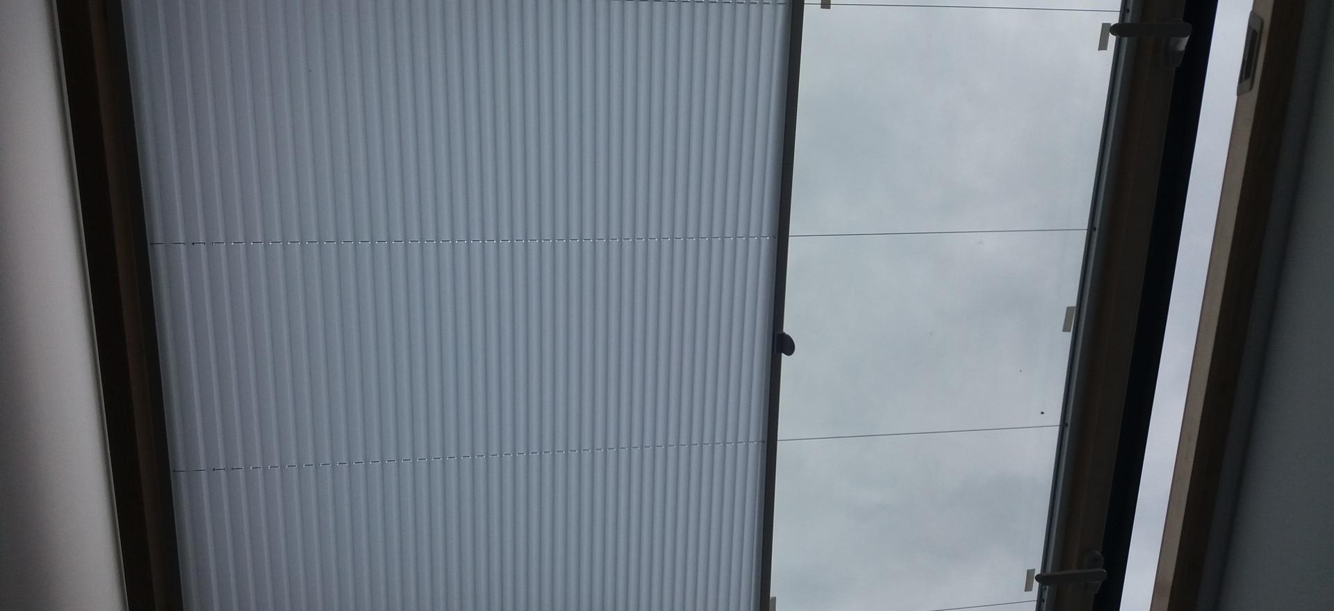 ЖАЛЮЗИ ПЛИССЕ на мансардное окно. Бизнес Центр ул. Профессиональная