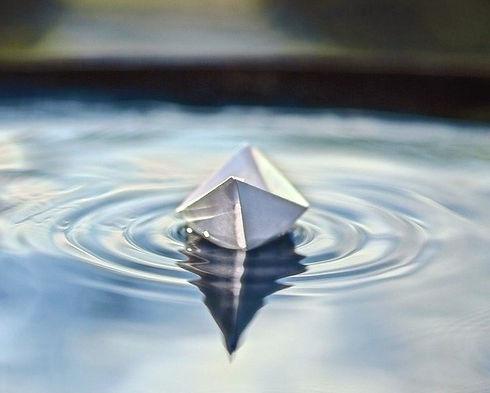 סירת נייר במים_edited.jpg