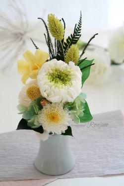爽やかな色合いのプリザーブドフラワー仏花
