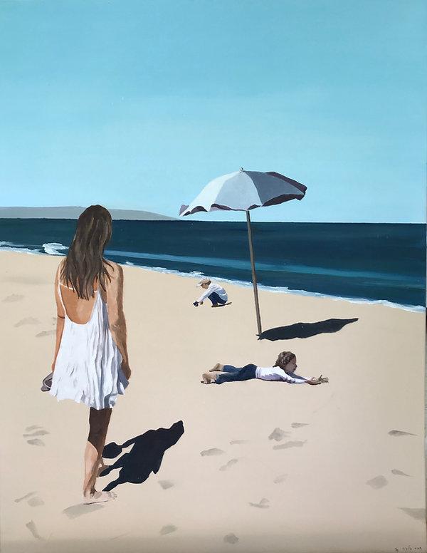 נערה בחוף עם ילדים משחקים בחול.jpg