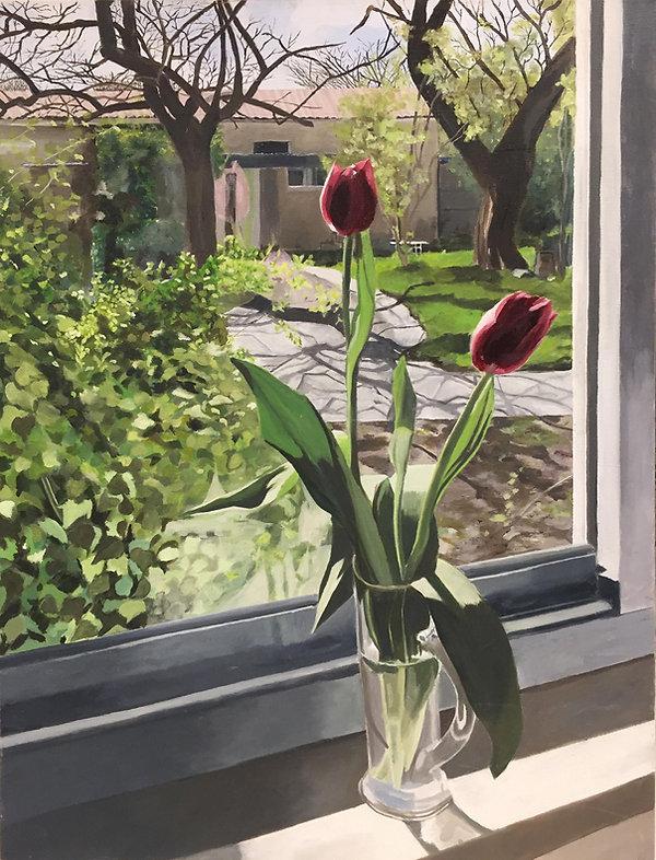 תמונת נוף מחלון נשקף אל הקיבוץ צבעוני אדן חלון