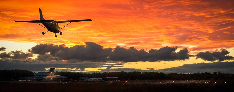 Cessna_172_laskeutuu_Helsinki-Malmin_len
